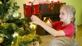 Jonge geitjes die Kerstboom verfraaien stock video