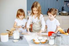 Jonge geitjes die koekjes in de keuken maken royalty-vrije stock foto's