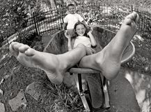 Jonge geitjes die in kruiwagen spelen Royalty-vrije Stock Foto