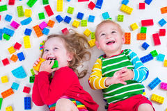 Jonge geitjes die met kleurrijke blokken spelen Stock Fotografie