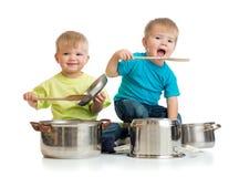 Jonge geitjes die met pannen spelen aangezien zij samen koken Royalty-vrije Stock Foto's