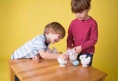 Jonge geitjes die met Pasen Bunny Toys spelen stock afbeeldingen