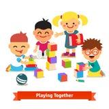 Jonge geitjes die met speelgoed in kleuterschoolruimte spelen vector illustratie