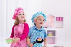 Jonge geitjes die met stuk speelgoed keuken spelen Royalty-vrije Stock Fotografie