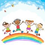 Jonge geitjes die met vreugde op een heuvel onder regenboog, kleurrijk beeldverhaal springen Stock Afbeeldingen