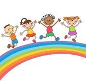 Jonge geitjes die met vreugde op een heuvel onder regenboog, kleurrijk beeldverhaal springen Stock Foto's
