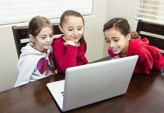 Jonge geitjes die op de computer spelen stock fotografie