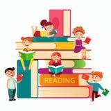Jonge geitjes die op de grote stapel van boeken vector vlakke illustratie lezen Kleine kinderen rond boeken infographic elementen Stock Foto