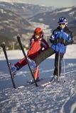 Jonge geitjes die op de ski stellen Stock Fotografie