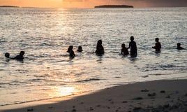 Jonge geitjes die op een zandig strand spelen Royalty-vrije Stock Afbeelding