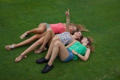Jonge geitjes die op gras in de zomer leggen royalty-vrije stock foto's
