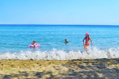 Jonge geitjes die op het eiland Griekenland spelen van strandsifnos Stock Foto's