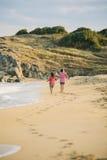 Jonge geitjes die op het strand lopen Royalty-vrije Stock Afbeeldingen