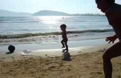 Jonge geitjes die op het strand spelen Stock Foto
