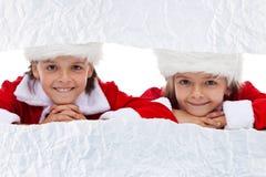Jonge geitjes die op opvouwende aanwezige Kerstmis letten royalty-vrije stock foto's