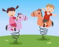 Jonge geitjes die op Ritten Kiddie spelen Stock Foto's