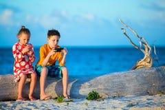 Jonge geitjes die op smartphone spelen Royalty-vrije Stock Afbeelding