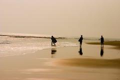 Jonge geitjes die op strand sufring royalty-vrije stock foto's