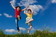 Jonge geitjes die, openlucht springen lopen Royalty-vrije Stock Foto's