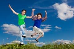 Jonge geitjes die, openlucht springen lopen Stock Foto
