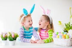 Jonge geitjes die Pasen thuis vieren Stock Afbeelding
