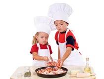 Jonge geitjes die pizza voorbereiden Royalty-vrije Stock Foto