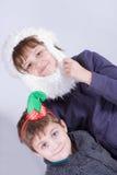 Jonge geitjes die pret hebben bij Kerstmis royalty-vrije stock afbeeldingen