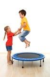 Jonge geitjes die pret op een trampoline hebben Royalty-vrije Stock Fotografie