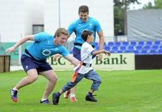 Jonge geitjes die Rugby spelen stock foto's