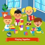 Jonge geitjes die samen in kleuterschoolruimte spelen royalty-vrije illustratie