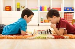 Jonge geitjes die schaak spelen Royalty-vrije Stock Foto's