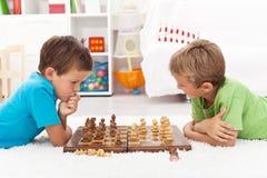Jonge geitjes die schaak spelen Stock Fotografie