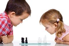 Jonge geitjes die schaak spelen Royalty-vrije Stock Foto