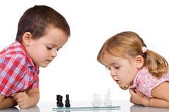 Jonge geitjes die schaak spelen Stock Foto