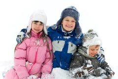 Jonge geitjes die in sneeuw-2 spelen Stock Foto's