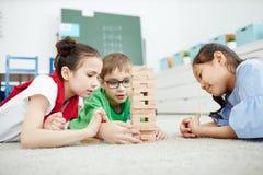 Jonge geitjes die spel spelen op school royalty-vrije stock afbeelding
