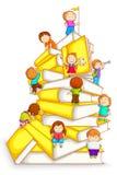 Jonge geitjes die in Stapel van Boek beklimmen Stock Fotografie