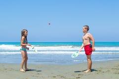 Jonge geitjes die strandbal spelen Stock Afbeeldingen