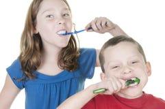Jonge geitjes die tanden borstelen Royalty-vrije Stock Afbeeldingen