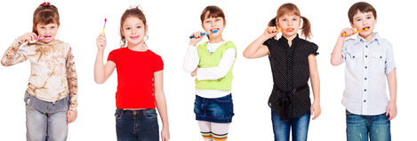 Jonge geitjes die tanden schoonmaken Stock Foto