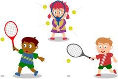 Jonge geitjes die - Tennis spelen Stock Foto