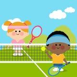 Jonge geitjes die tennis spelen bij tennisbaan Stock Afbeeldingen