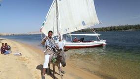 Jonge geitjes die traditionele ambachten op de banken van de Nijl verkopen stock footage