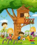 Jonge geitjes die in treehouse spelen Royalty-vrije Stock Afbeelding