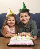 Jonge geitjes die verjaardagspartij hebben. royalty-vrije stock foto