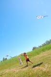 Jonge geitjes die vliegers hoog omhoog vliegen Stock Foto