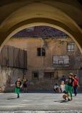 Jonge geitjes die voetbal in Brasov spelen Stock Fotografie