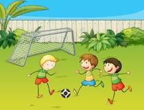 Jonge geitjes die voetbal op voetbalgrond spelen vector illustratie