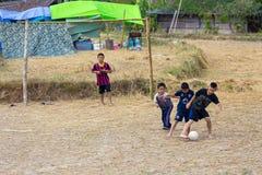 Jonge geitjes die voetbal in ricefield spelen Stock Foto