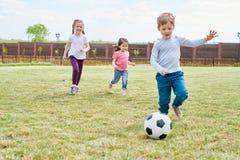 Jonge geitjes die voetbal spelen stock afbeeldingen
